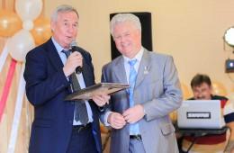 В.Д.Коробовцев вручает А.И.Кукушкину Национальный сертификат «Лидер отрасли -2017»